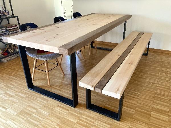 agencement d'une bibliothèque sous pente en mélèze massif brossé et grisé. 2 éléments coulissant au premier plan.