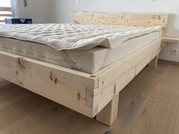 Armoire à tiroirs en sapin vieilli et brossé, profondeur des coulisses à 750 mm.